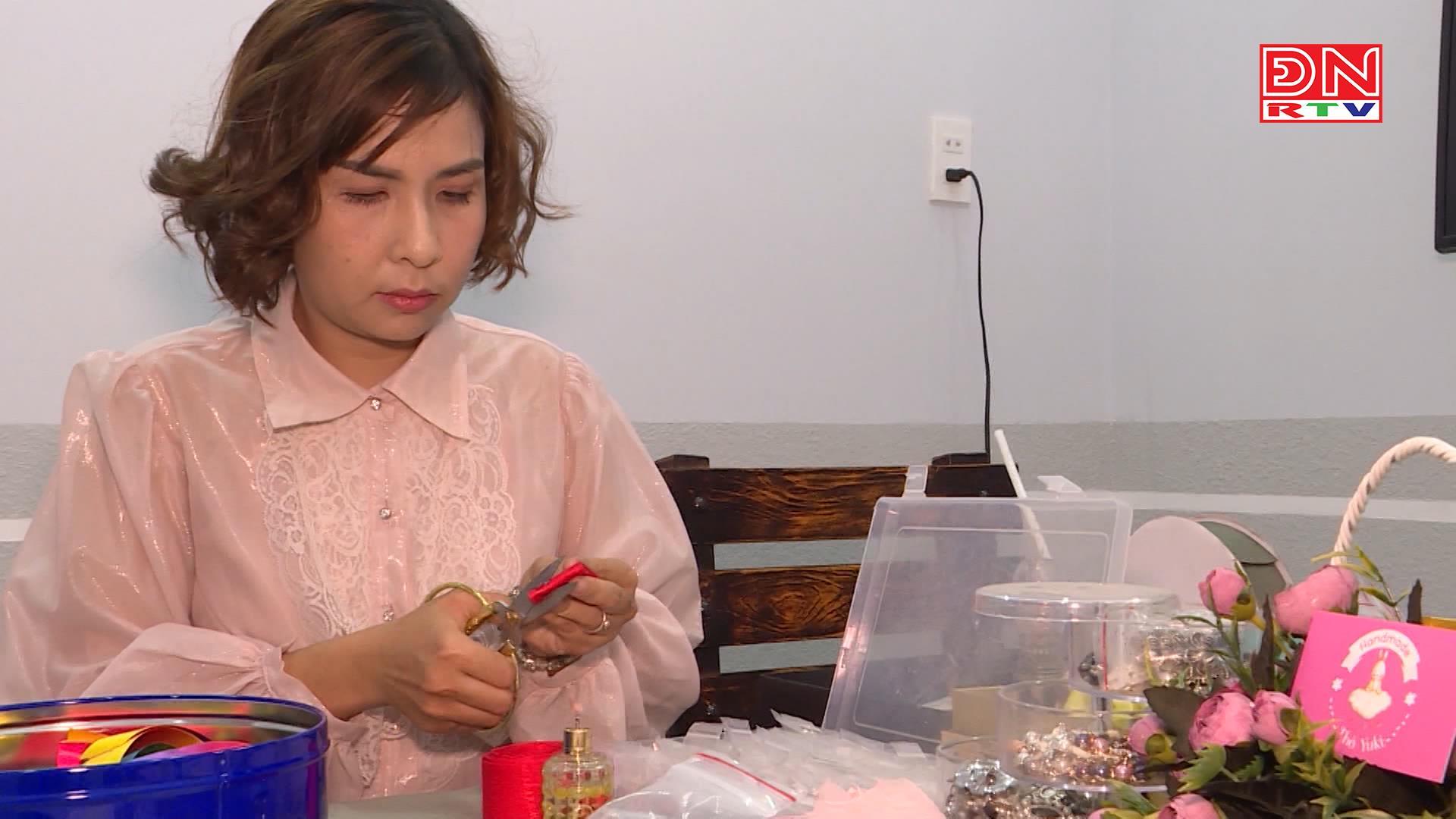 Cô giáo trẻ khởi nghiệp từ hoa cài áo