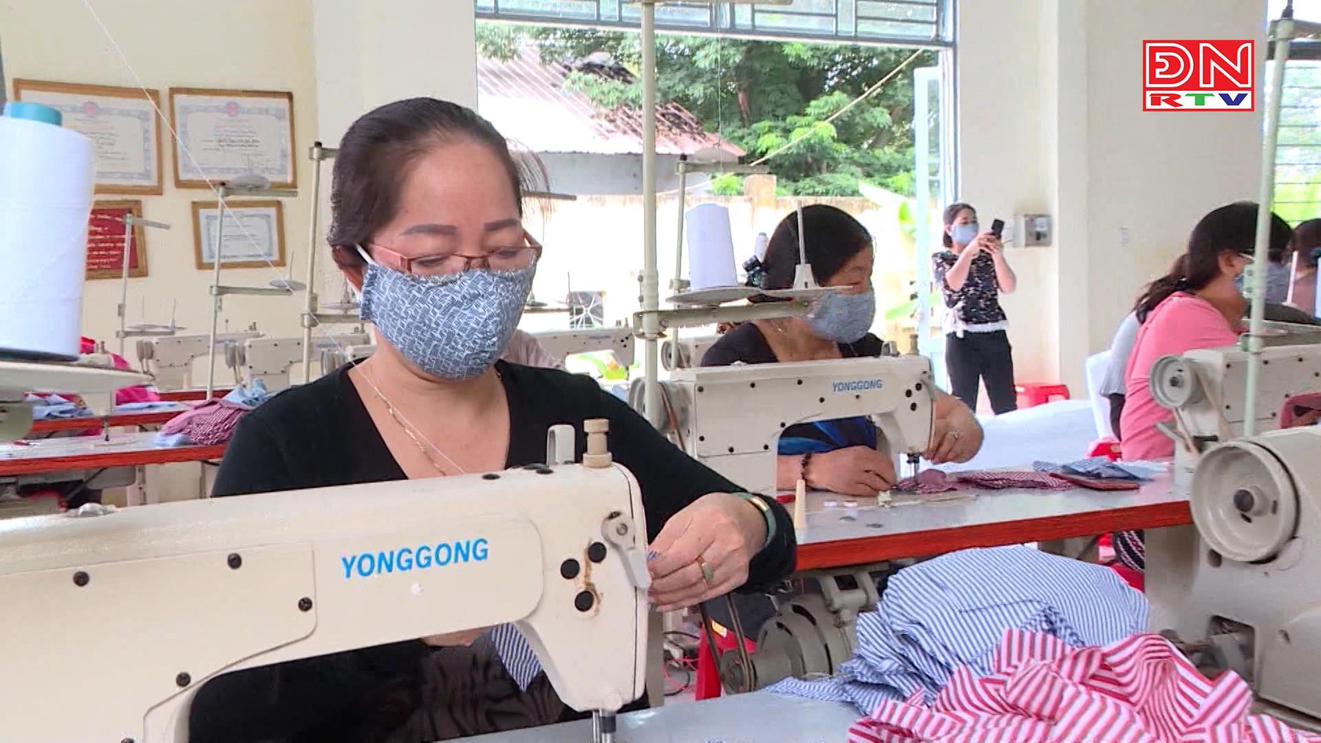 Hội Phụ nữ huyện Thống Nhất chung tay may khẩu trang vải chống dịch